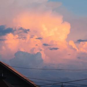 夕焼け雲が輝いて見える窓辺が嬉しくて
