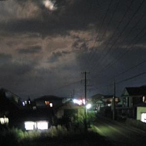 夜の窓辺はおぼろ月夜です