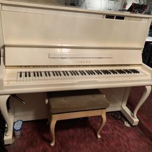 【白い猫足のピアノ】「リトミックorプレピアノコース・ピアノコース」のお部屋に登場します!!!