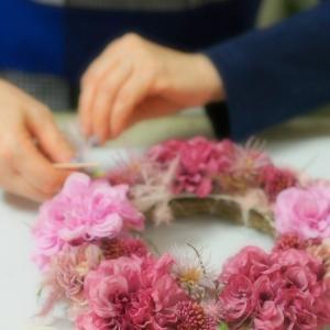 アーティフィシャルフラワーリースはくすみピンクのお花をタップリいれて・・・おうち時間を楽しもう