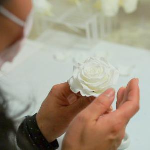 純白のプリザーブドフラワーをメリア仕立てにしたスタイリッシュエレガントなフラワーアレンジメント