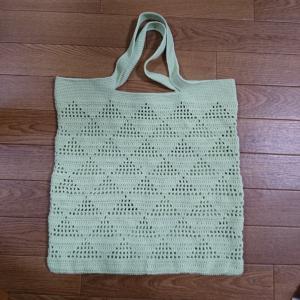 方眼編みトライアングルバッグ。