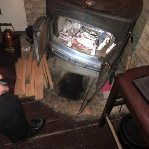 暖炉で串焼き