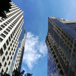 ビルの間から仰ぎ見る空