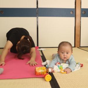 赤ちゃん達が一人遊びしている間にママ達がうごく・・・【おやこヨガ:四宮レポ】