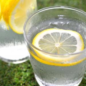 朝一番に、レモン水飲んでます♪
