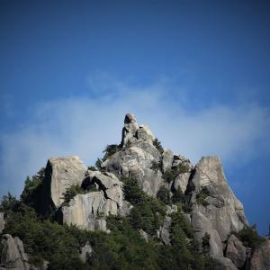 岩峰に青い