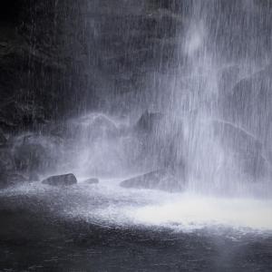 飛沫く、夕日の滝