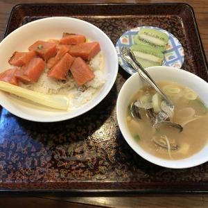 サーモン丼とあさりのみそ汁♪