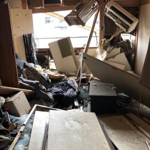 【画像】爆発温野菜の近くの家に住んでた人、部屋がとんでもないことになる
