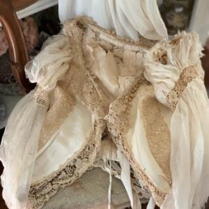 枯れたアンティークドレスの魅力