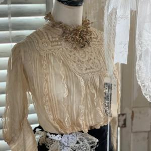 トルソーに アンティークのお洋服を。