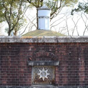 1月の半田山植物園・文化遺産の貯水池と日時計