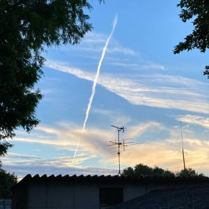 梅雨の晴れ間の飛行機雲