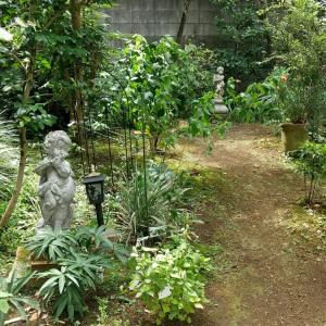 庭のフォーカルポイント1 ー妖精像と男の子の像ー