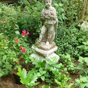 庭のフォーカルポイント2 ー東の花壇の女の子の像ー