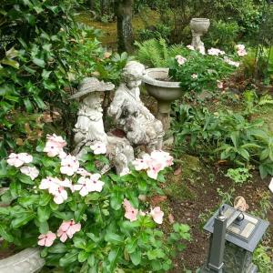 庭のフォーカルポイント4 ーニチニチソウと女性像ー