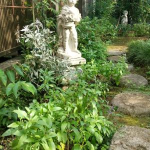 庭のフォーカルポイント5 ー男の子の像と小道ー