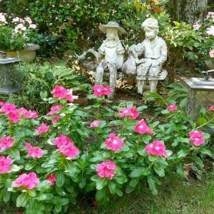 庭のフォーカルポイント6 ー男の子と女の子の像ー