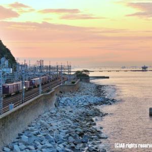 朝焼けの海、そして貨物列車