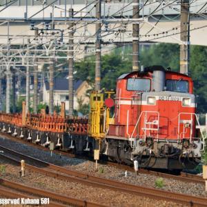 赤いロンチキと青い貨物列車