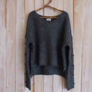袖模様編み ショート丈ニットプルオーバー(グレー)/ニューピオーネとお庭のバラ