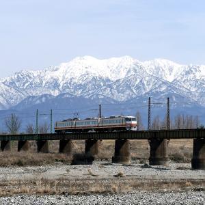 富山地方鉄道を雪山バックで撮る