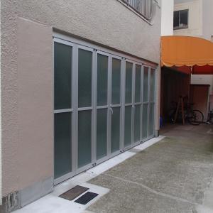 貸倉庫の搬入口に後付けの庇で雨対策