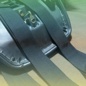 タンデムシートにベルトを固定する方法