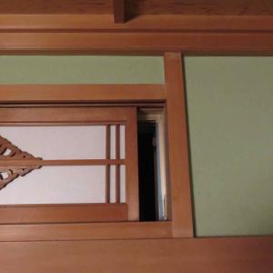 今季、囲炉裏(いろり)使用に向けて 〜らんま窓に網戸を検討〜