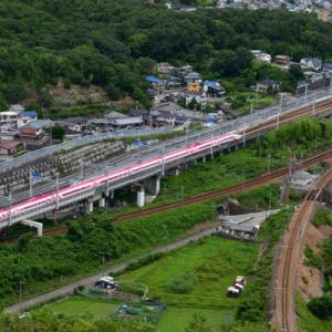 綺麗な屋根のキティ新幹線を俯瞰する