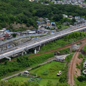 相生駅を仲良く同時に発車する列車