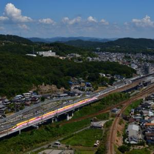 山の上からの幸せの黄色い新幹線