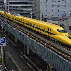 梅雨明けの幸せの黄色い新幹線