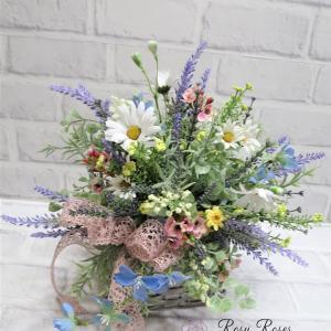 夏のラベンダーと小花のシャビーブーケを籠へ