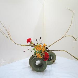石化柳のいけばなは花器が違うと個性的
