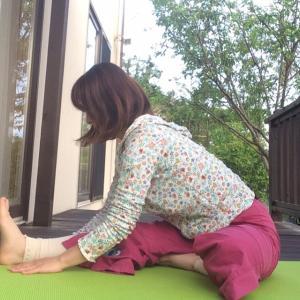 1日1アーサナ☆頭を膝につけるポーズ