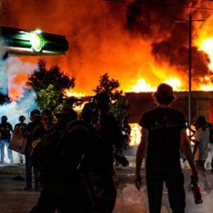 暴動により職を失う人達