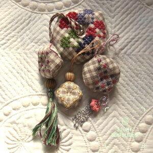 スイス刺繍のタッセル・チャーム 3種。