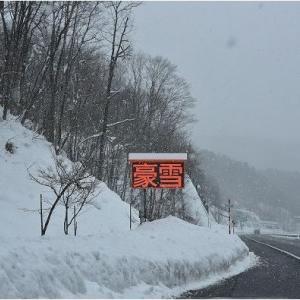大雪に包まれた合掌造りの白川郷   令和3年1月