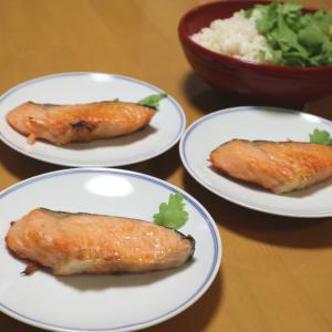 焼鮭とサラダ春菊のお寿司、謎の紐が付いてた黒浴衣
