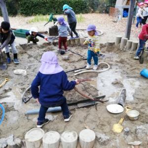 砂場で、遊ぶ