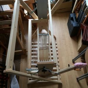 織り機を組み立てる