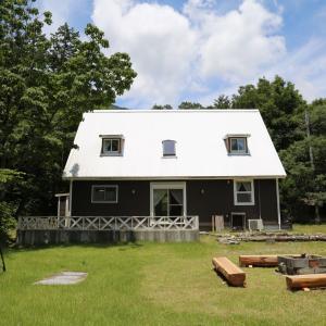 「白い三角屋根のお家」渓谷に面した暖炉付きの別荘物件!