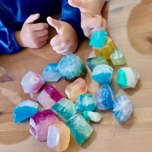 小学3年生の男の子たちが宝石石けん作りを体験♪