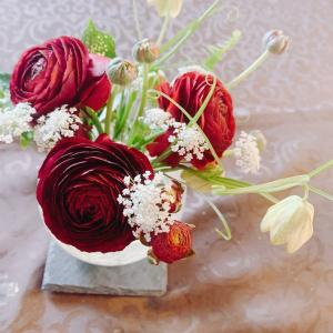 50代、それぞれの孫達の門出に(*^o^*)=先週のお花+深い色のラナンキュラス♪=【日々の事】