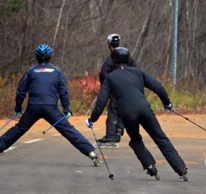 シーズン直前落ち葉の中インラインスキー練習・北見JAR団員募集ポスター製作