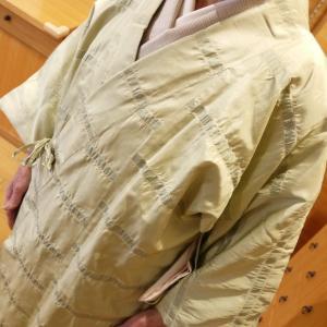 小雨降る日に最適な、洛風林のしじら織りコート。
