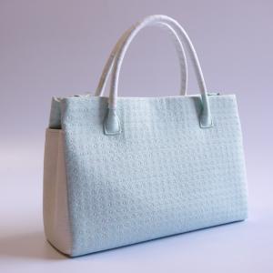 シンプルに夏の涼感を感じるバッグと共に。