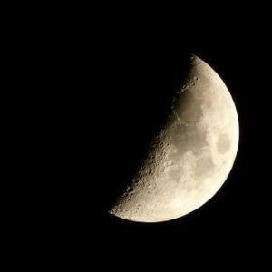 きょう10月23日は「上弦の月」